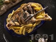 Рецепта Печено агнешко бутче с картофи, чесън и джоджен на фурна